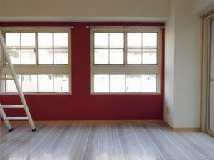 【レイランド高宮】赤い壁と四角窓